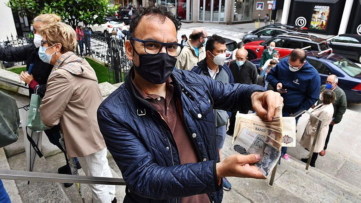 Abel Suárez, de Ourense, muestra las 75.000 pesetas que fue a cambiar. |  // VÍCTOR ECHAVE