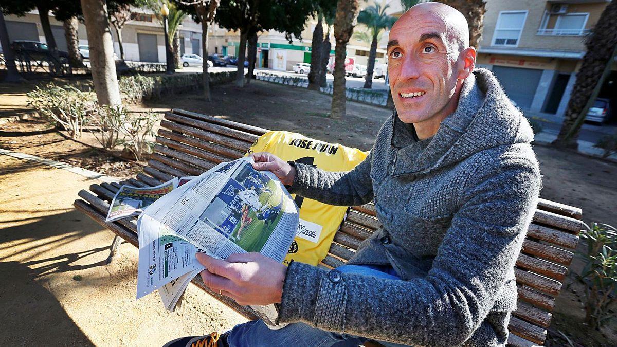 El portero del Alcoyano José Juan lee la prensa, de la que fue protagonista por su magnífico partido ante el Real Madrid