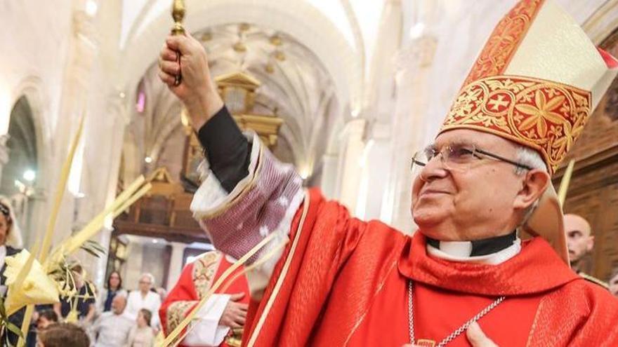 La denuncia por vacunas irregulares se amplía al obispo de Alicante y a su familia