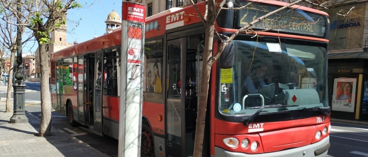 Archivo - Imagen de un autobús y una parada de la EMT de València.
