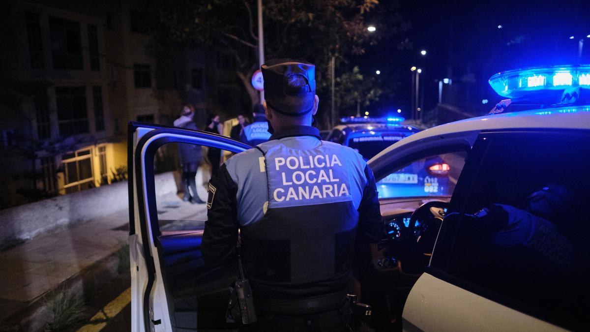 Agentes de la policía durante un control nocturno.