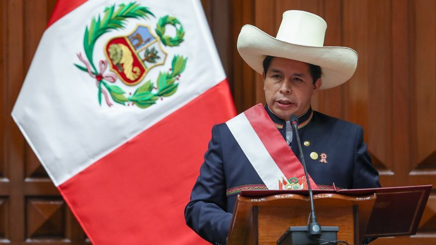 Pedro Castillo jura como presidente de Perú