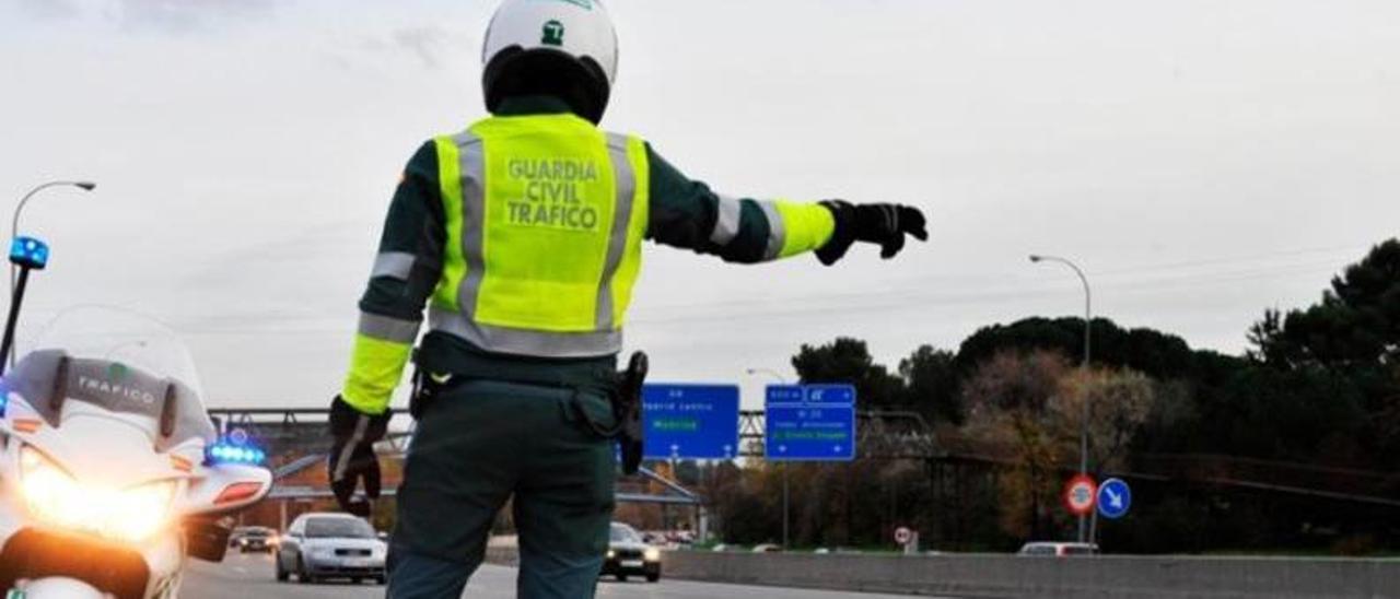 Un control de la Guardia Civil ayer,  en una carretera española.     // EFE