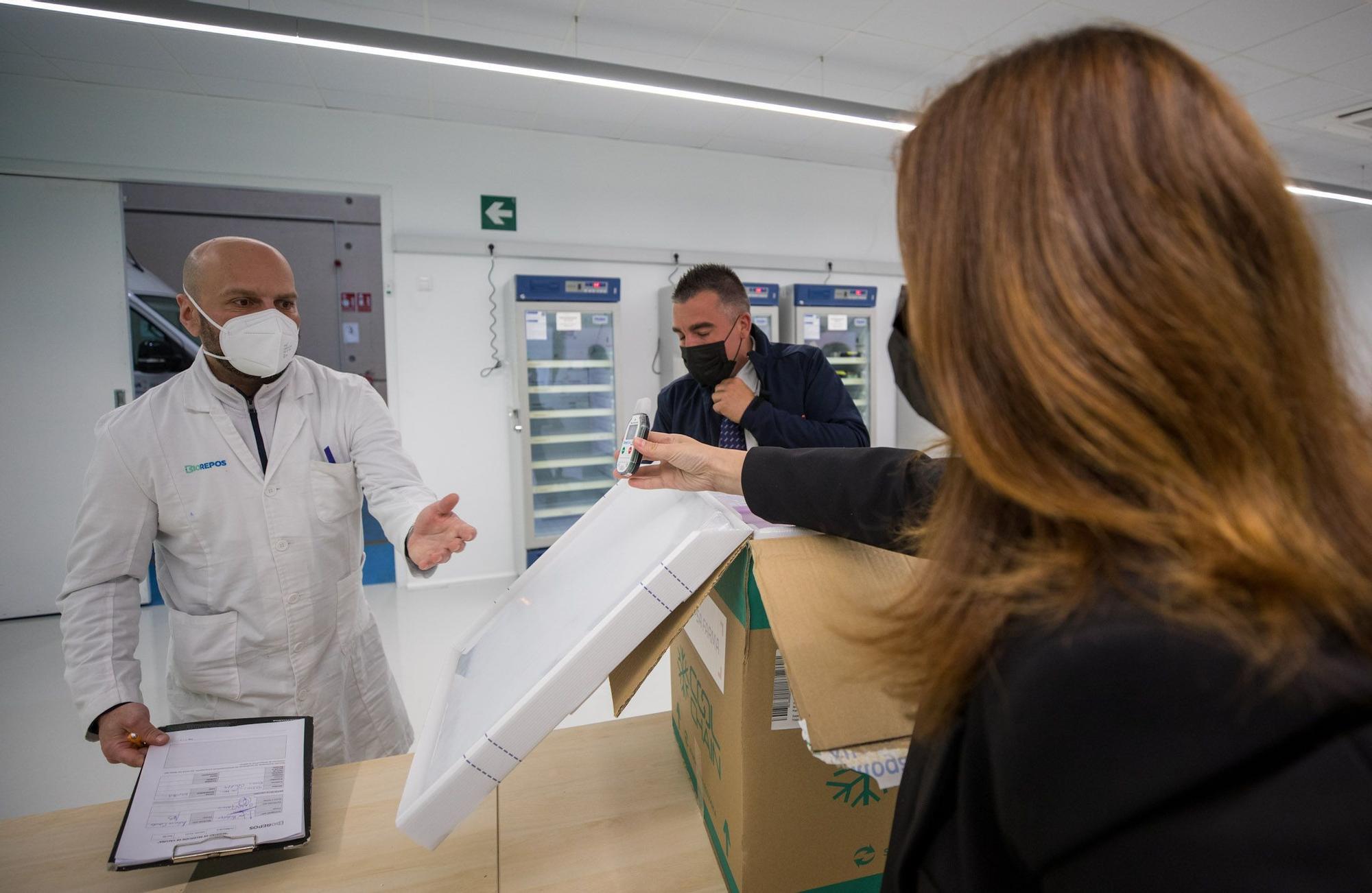La llegada de las vacunas Janssen a Galicia en imágenes