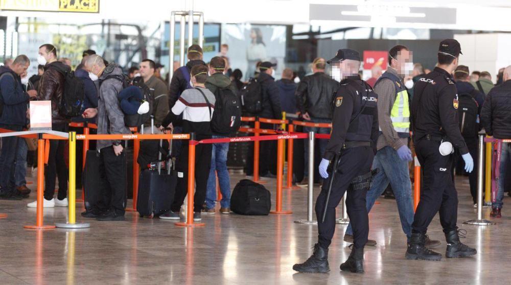 La Policía blinda la salida masiva de repatriados en el aeropuerto
