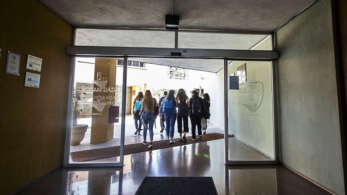 Un grupo de jóvenes estudiantes salen de su centro educativo al finalizar las clases.  | GERMÁN CABALLERO