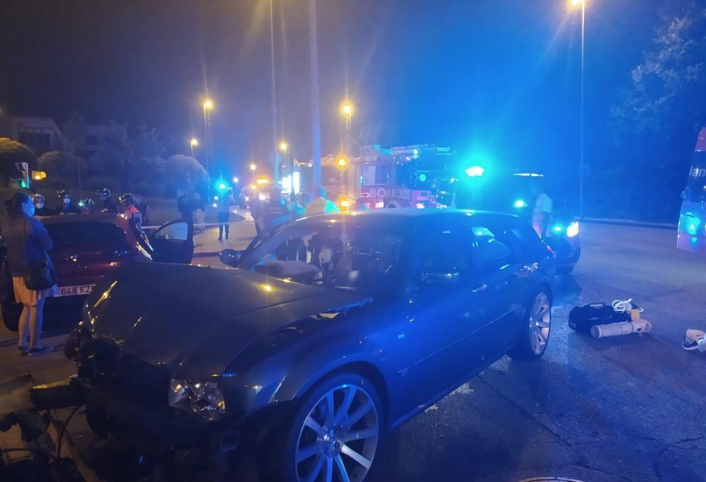 Aparatoso accidente entre dos coches en Gijón