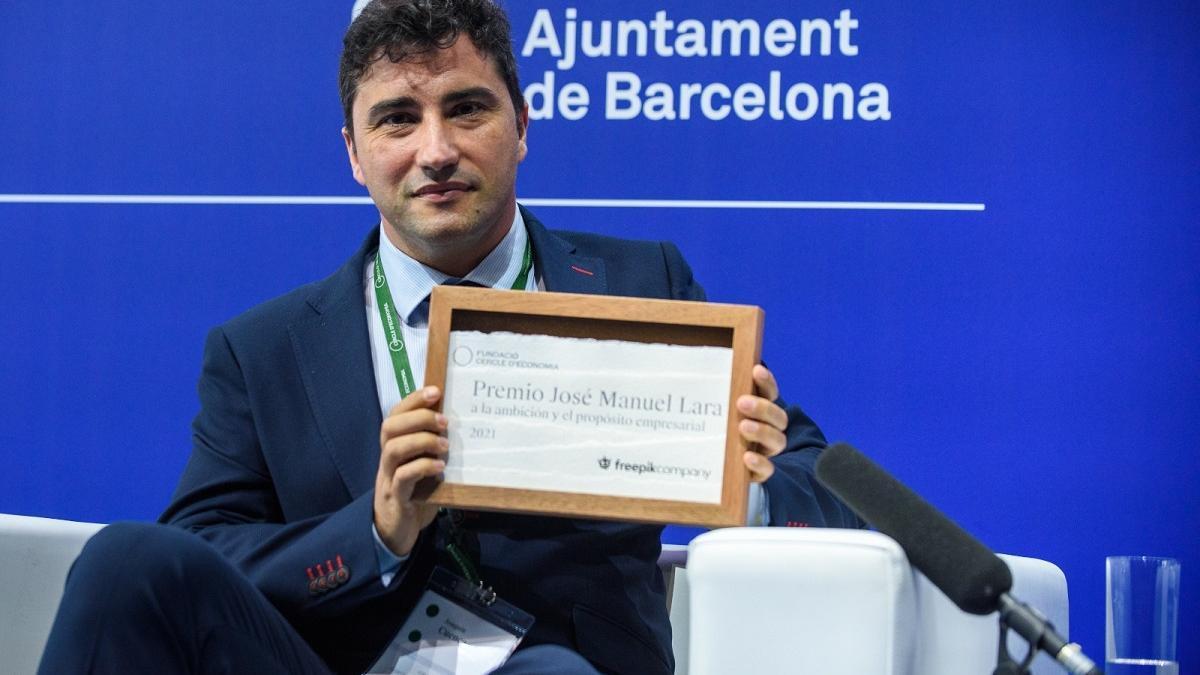 Joaquín Cuenca, uno de los fundadores de Freepik, con el galardón.