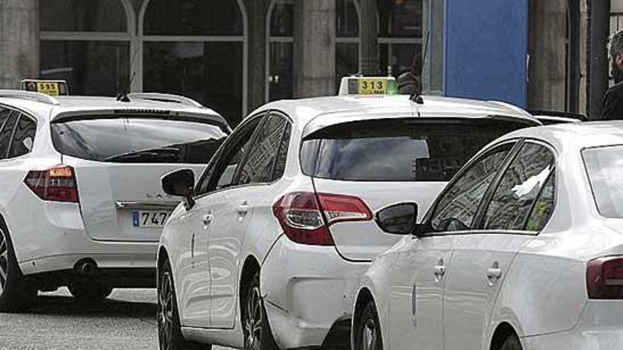 Los taxis reducen su servicio a la mitad los fines de semana ante la caída de ingresos