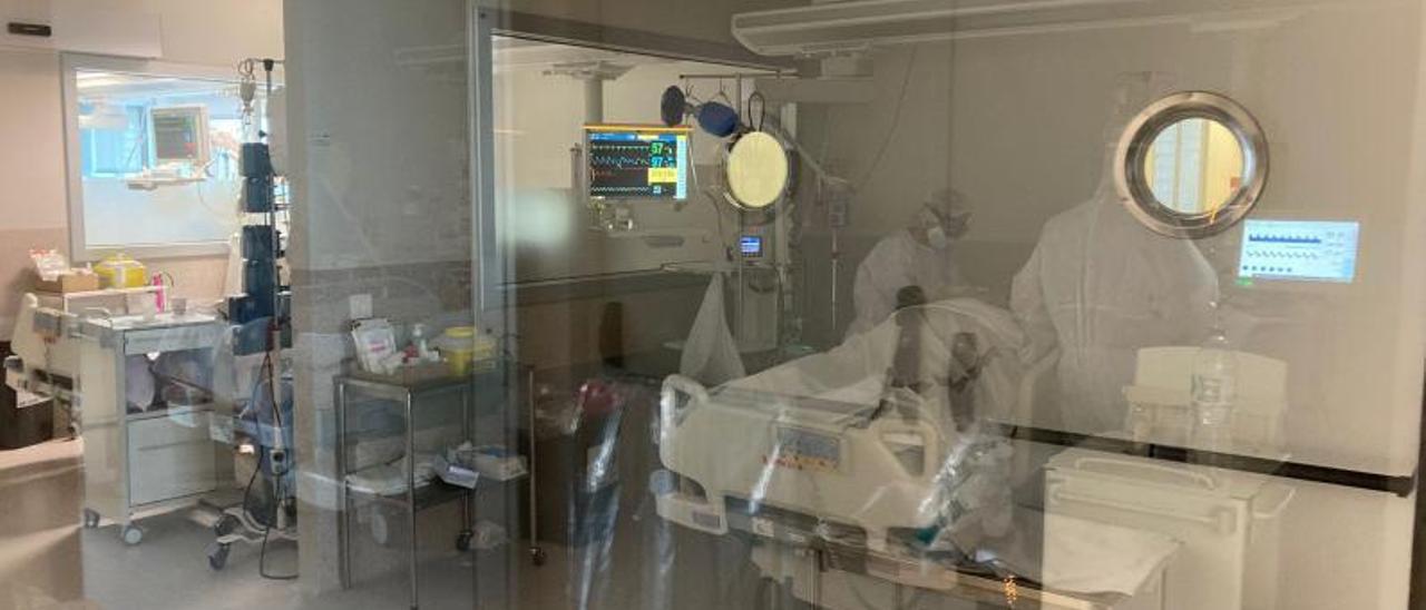 Dos sanitarias atienen a un paciente en el servicio de la UCI de Gandia.   LEVANTE-EMV
