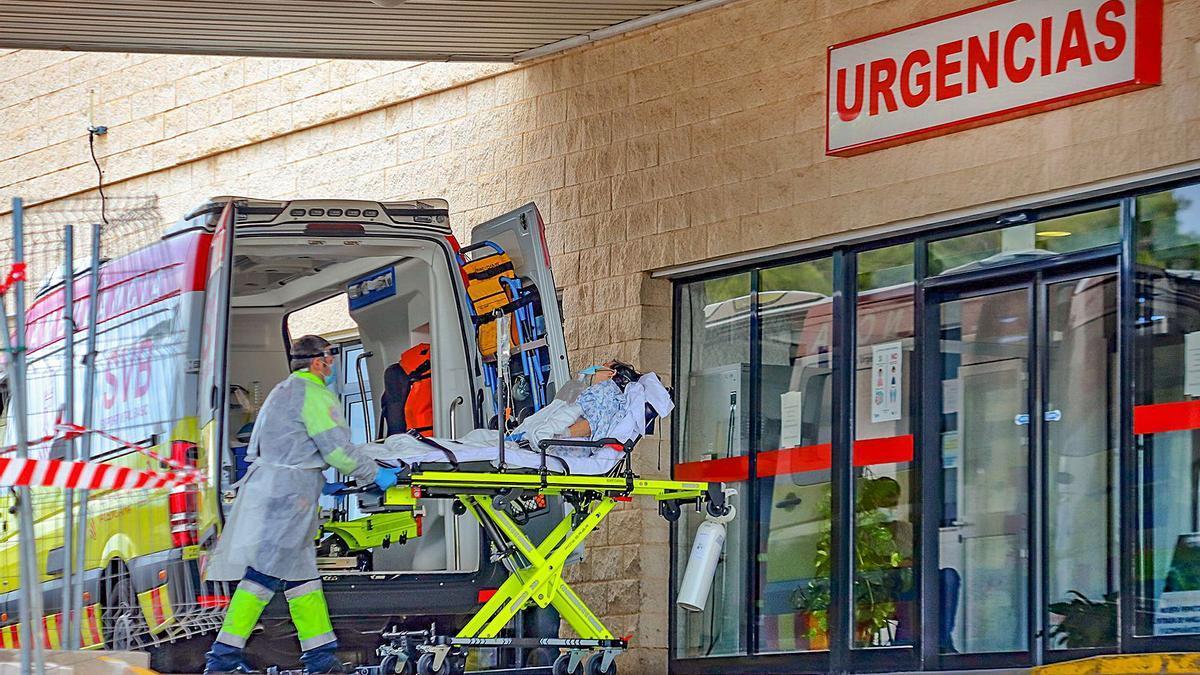 Traslado de un paciente a un hospital de la provincia, en imagen de archivo. |