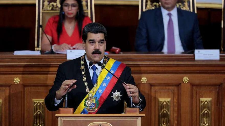 Maduro sube el salario mínimo un 40% y dejará de usar el dólar en los pagos internacionales