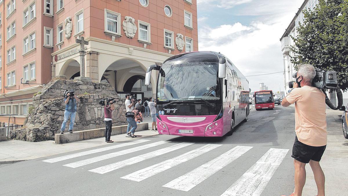 Un autobús sae do hotel Finisterre cos 33 membros do Fuenlabrada que quedaron ata o 1 de agosto. | E. P.