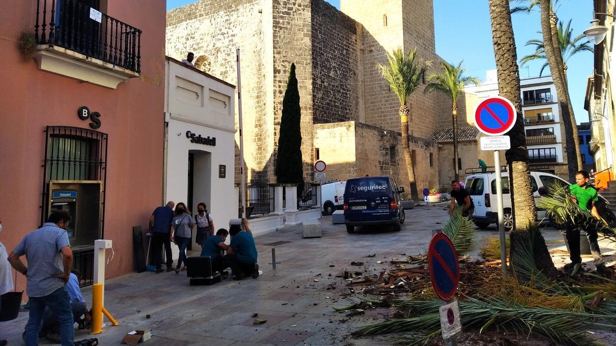 Los operarios instalan la barrera que permite peatonalizar la plaza Celestino Pons