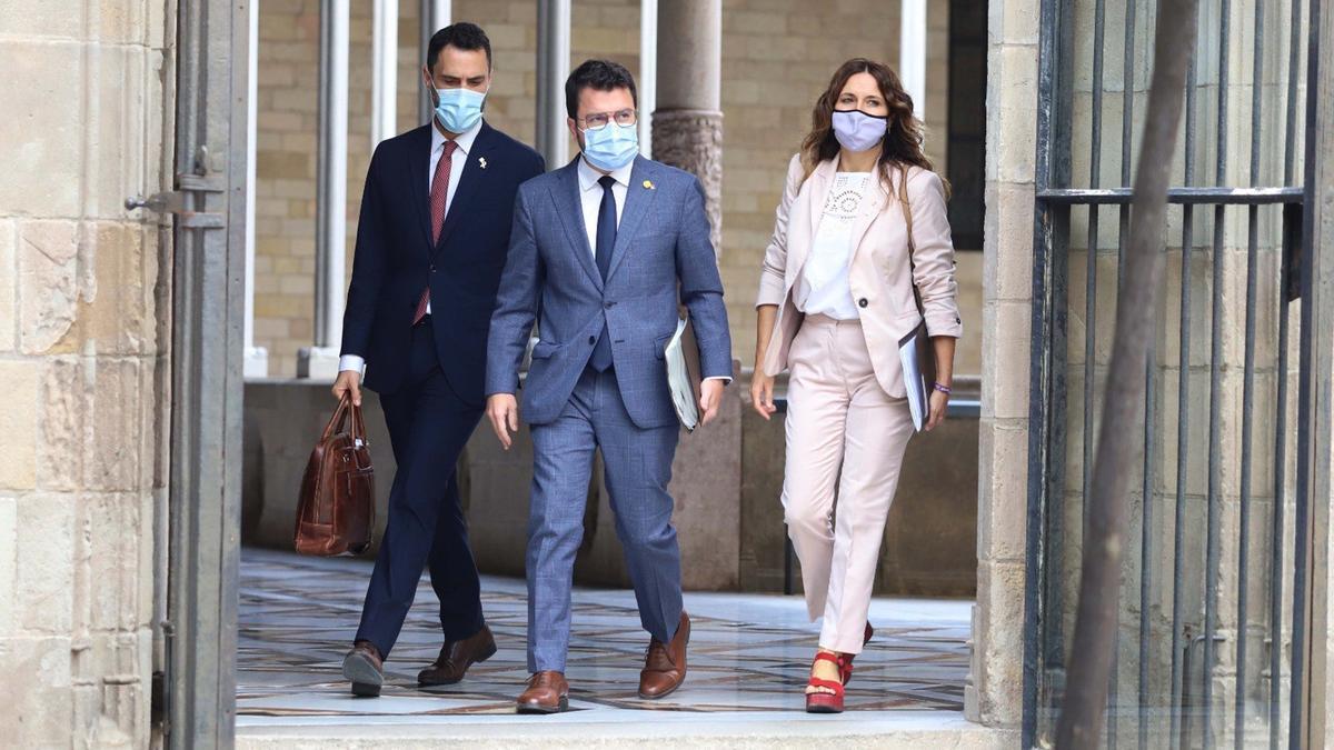 El president de la Generalitat, Pere Aragonès, acompanyat dels consellers d'ERC Laura Vilagrà i Roger Torrent dirigint-se al Consell Executiu