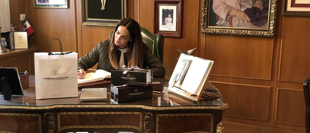 Eugenia silva firmando en el libro de honor de la compañía