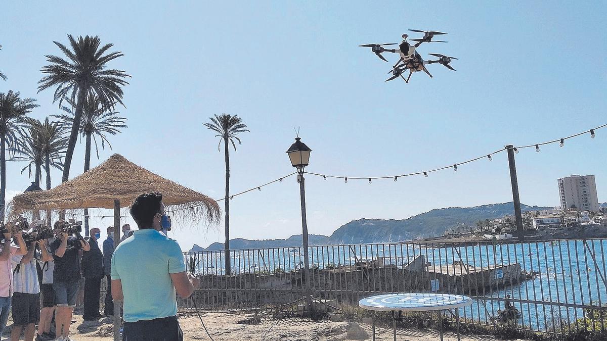 Los drones que vigilan y lanzan salvavidas llegan a las playas valencianas
