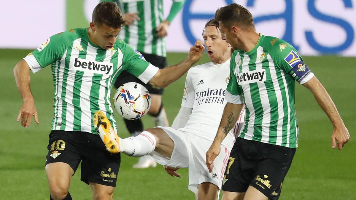 Modric, ante Canales y Joaquín en el Madrid-Betis.