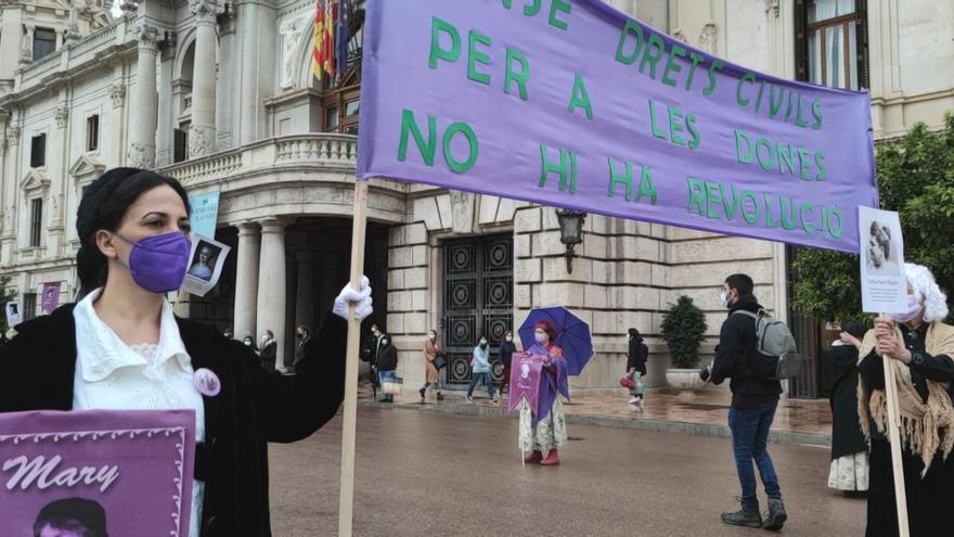 'Performance' en la plaza del Ayuntamiento de València por el 8M
