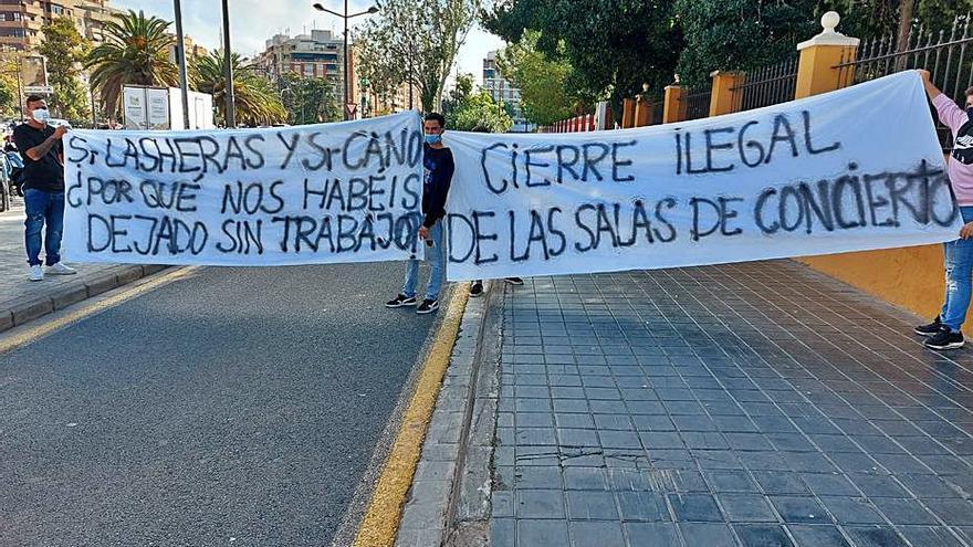 Protesta ante la Policía Local por el cierre de un café-cantante