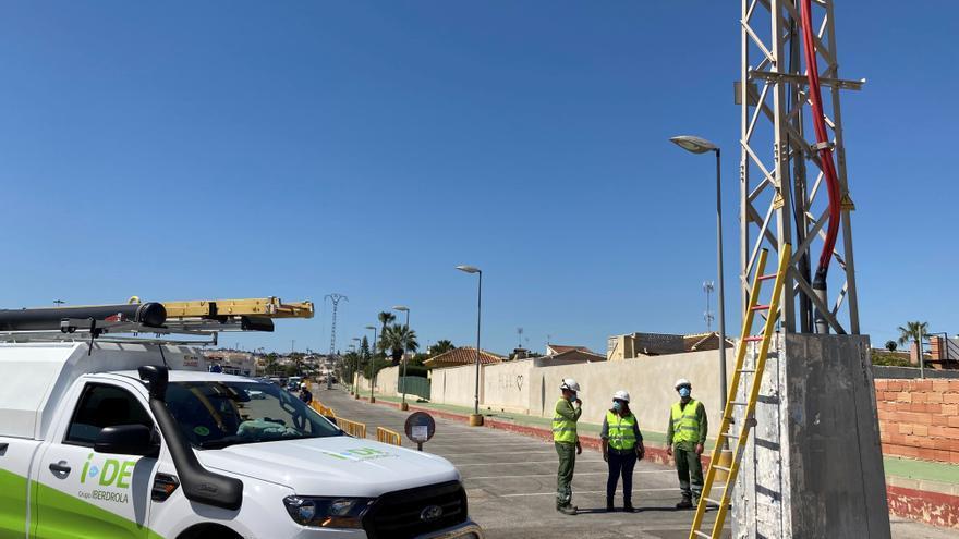 Iberdrola desmantela la línea de media tensión que atravesaba el aparcamiento del Hospital Universitario tras una inversion de 180.000 euros