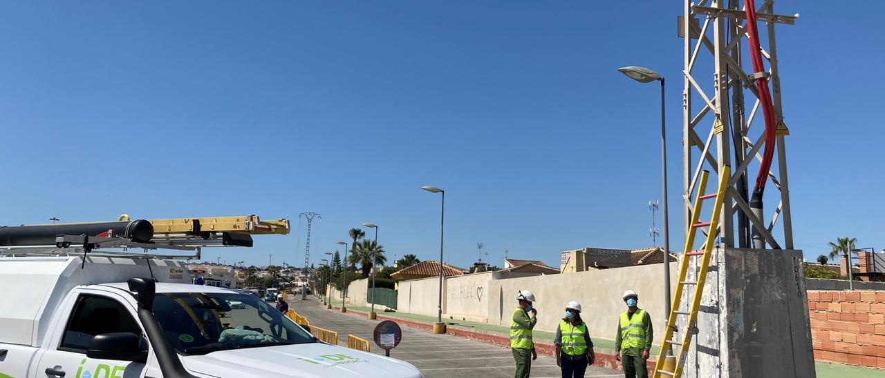 Imagen de las obras de desmantelamiento de la línea de media tensión de Iberdrola