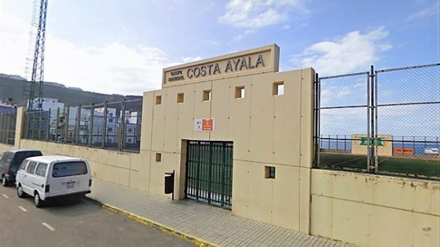El césped del estadio de Costa Ayala avanza positivamente