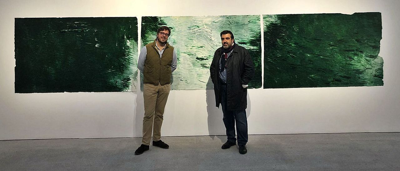 Hugo Fontela, a la izquierda, con el pintor César Barrio, ante una de sus obras en la galería Marlborough. | LNE