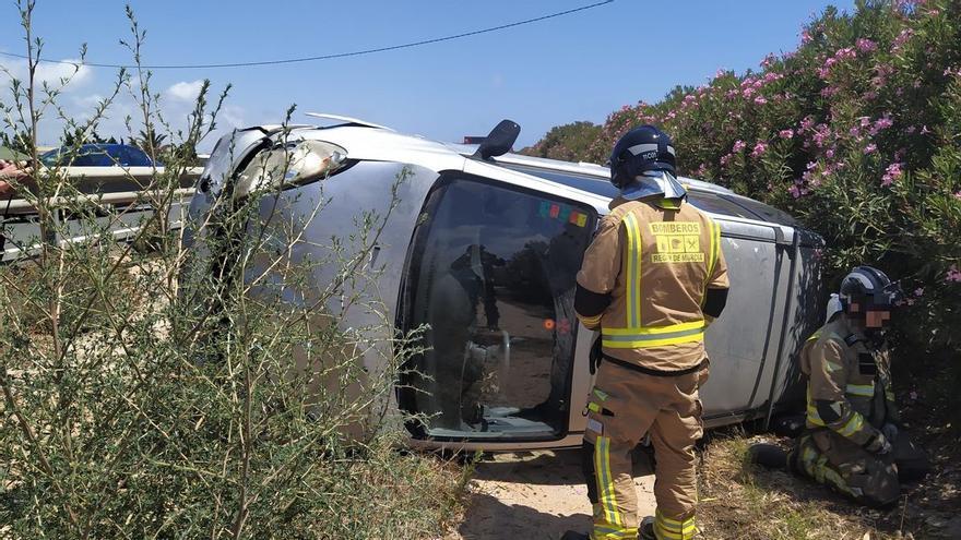 Herida una joven de 21 años tras volcar con su coche en Pilar de la Horadada