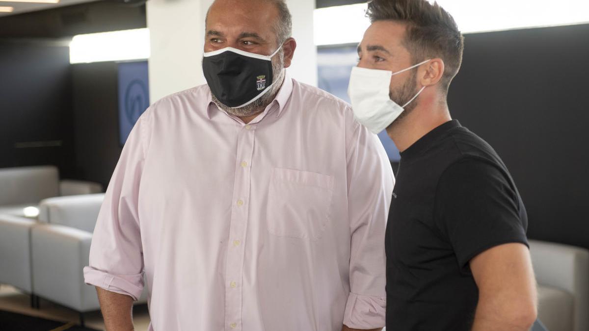 Manolo Sánchez Breis y Nacho Gil, en la presentación ayer del jugador. fc cartagena