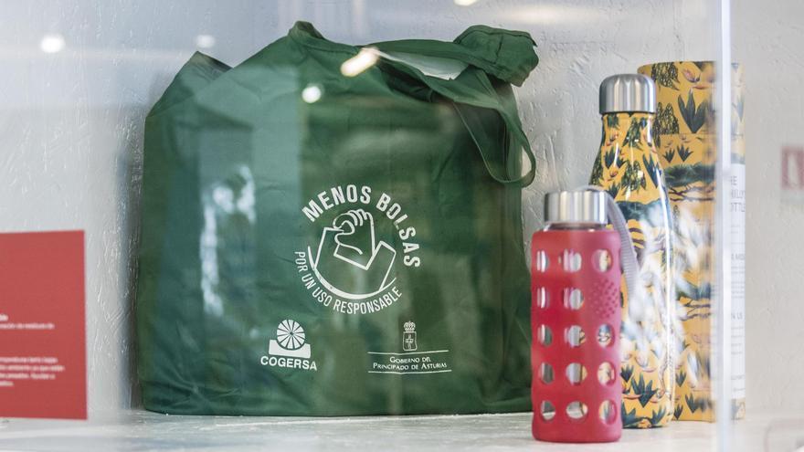 Una bolsa y envases de uso responsable