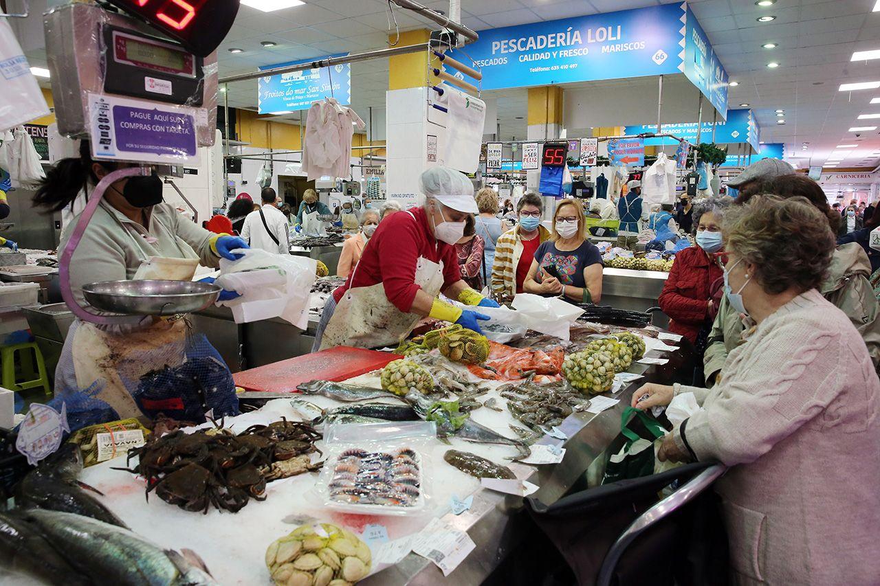 Puestos de pescado fresco en el mercado de O Calvario