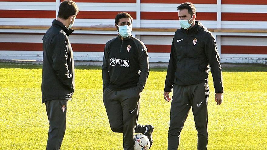 Por la izquierda, Gordillo, Gallego y Clavera, charlando durante el entrenamiento del Sporting de ayer en Mareo. | Juan Plaza