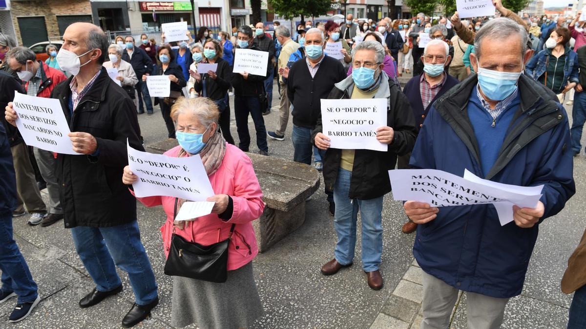 Manifestación contra el cierre de una sucursal bancaria en un barrio de A Coruña.