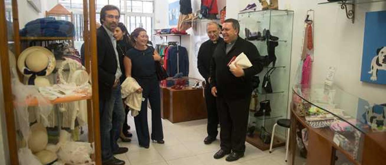 De izq. a dcha., Pedro San Ginés, Asunción Toledo y los sacerdotes Jesús Jiménez y Miguel Hernández, ayer, en la tienda de ropa reciclada de Cáritas.