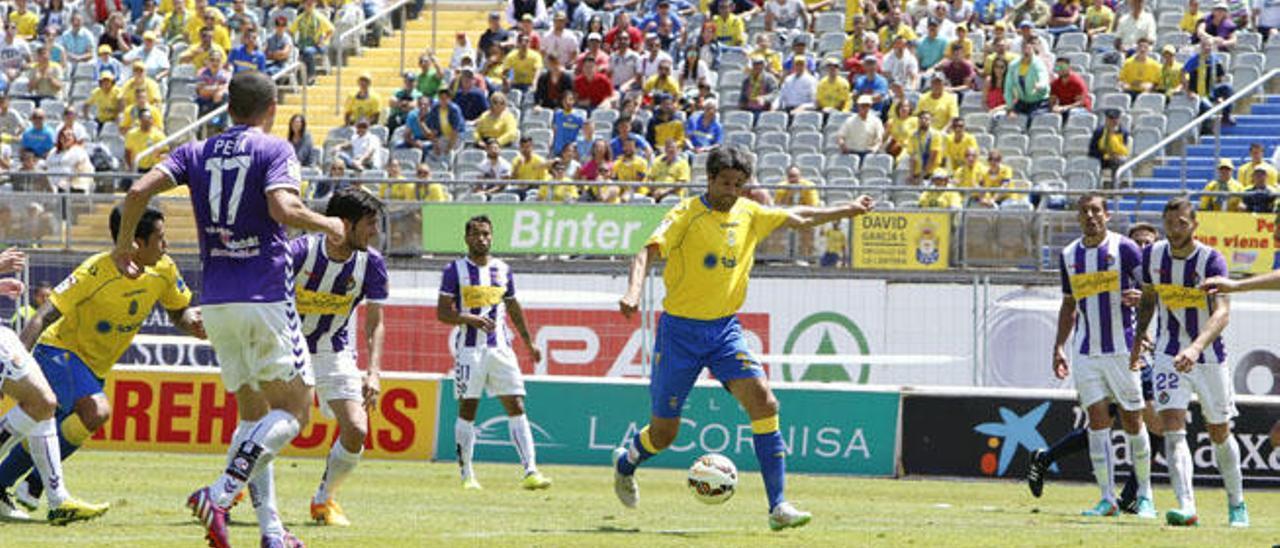 Juan Carlos Valerón chuta a portería en el partido con el Valladolid -rival amarillo en la promoción de ascenso- en el partido de esta temporada en el Gran Canaria.