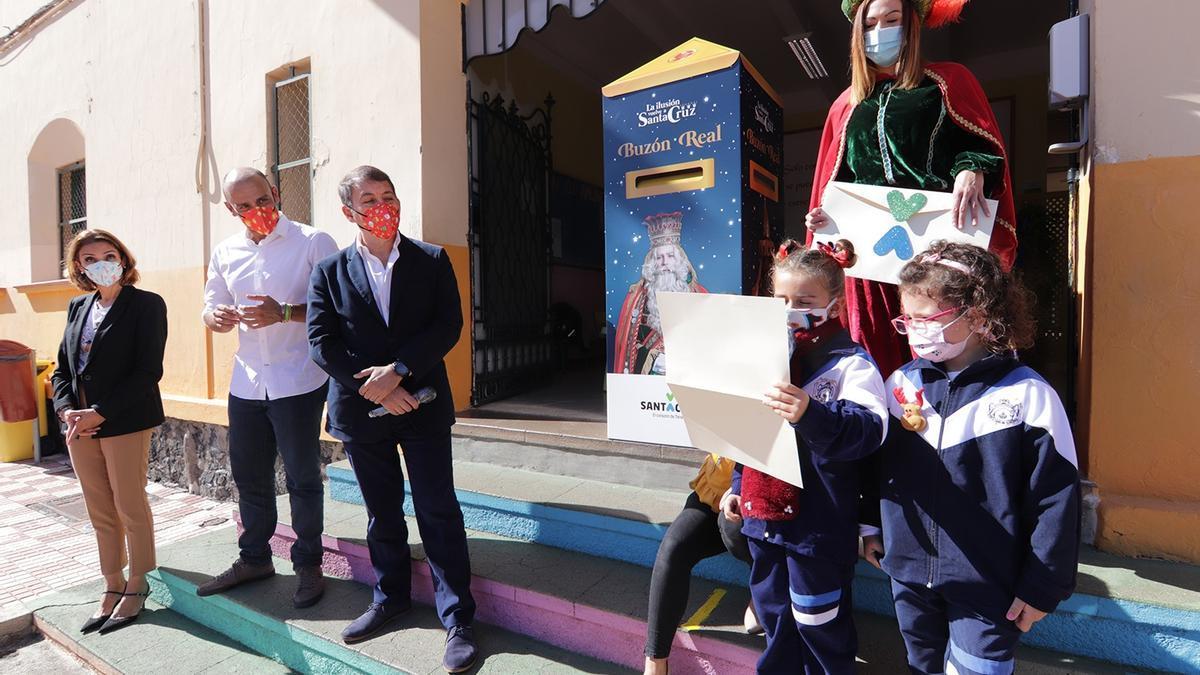 El Ayuntamiento de Santa Cruz entrega el primer buzón para las cartas a los Reyes Magos de Oriente