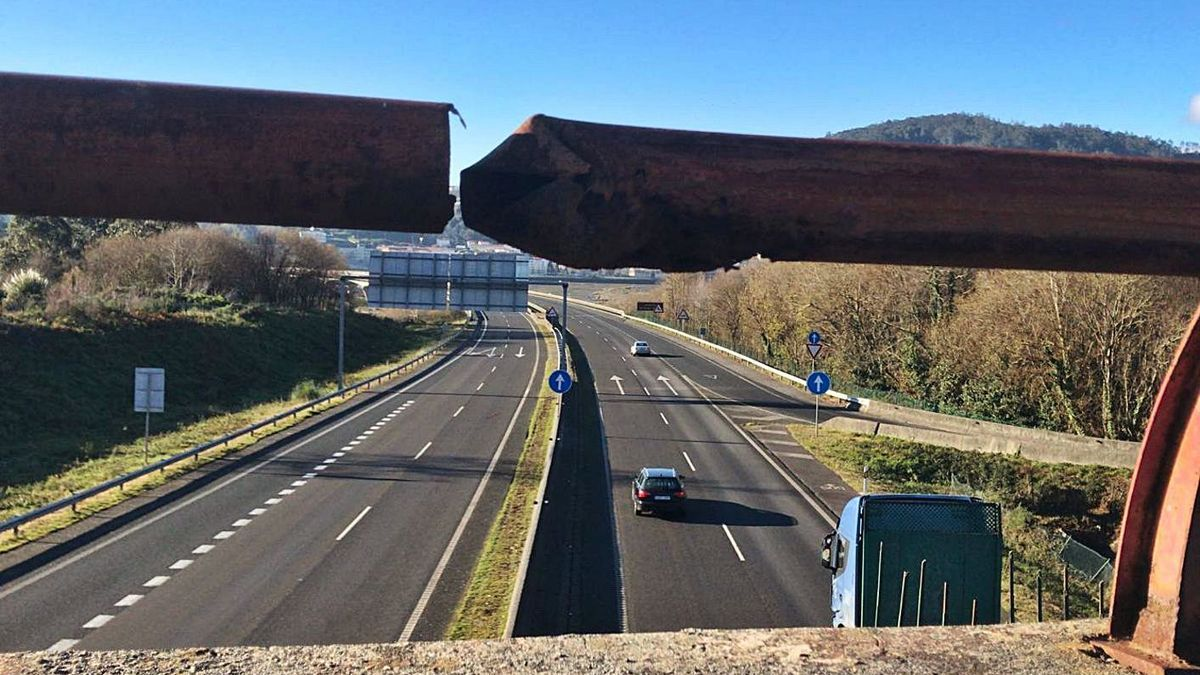 Barandilla oxidada y rota en la salida 21F de la AP-9, en Pontedeume |   // L. O.