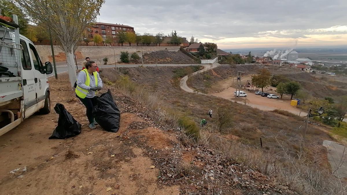 Voluntarios retiran residuos en parajes naturales en una jornada anterior
