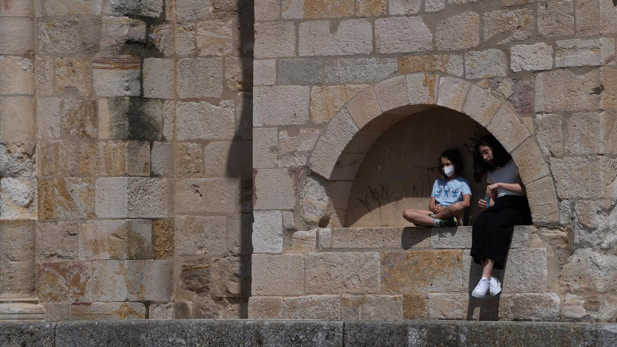 Dos niñas buscan la sombra ante el calor en Zamora en una imagen de archivo.