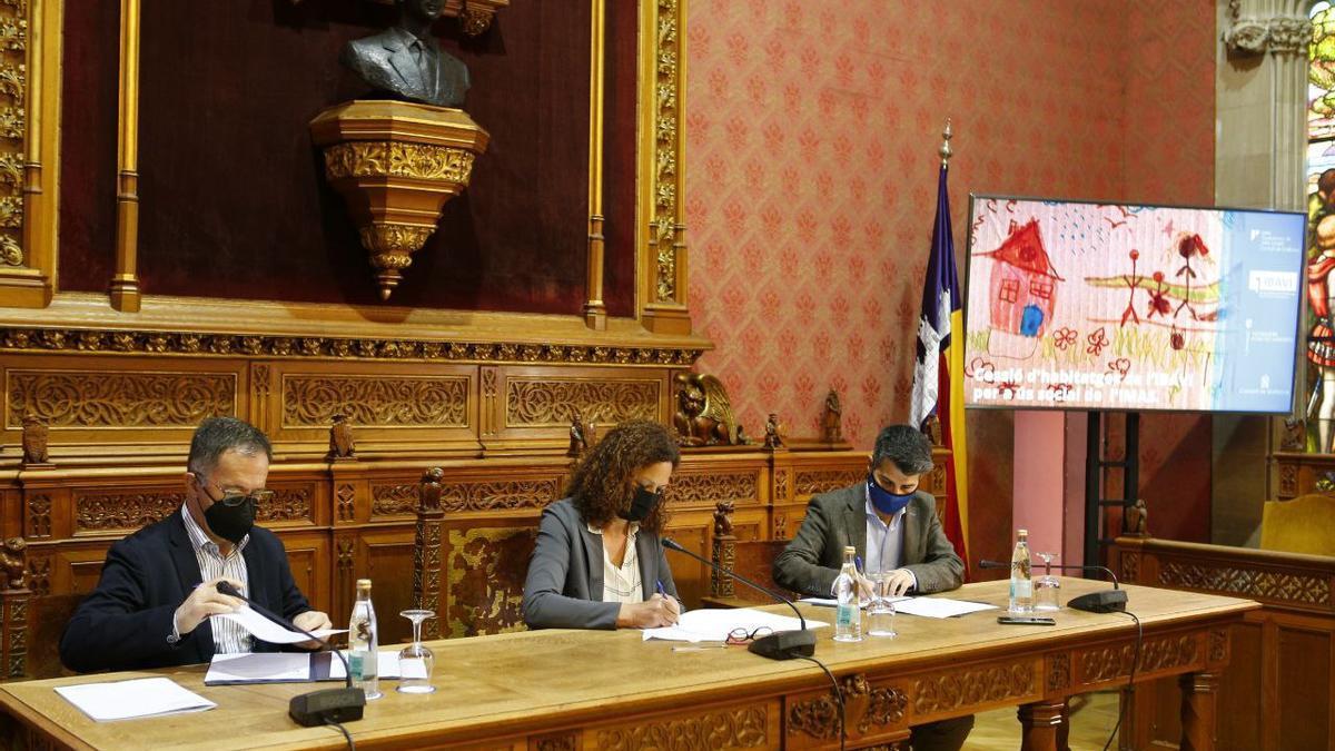 La presidenta del Consell, Catalina Cladera, durante la firma del convenio con el conseller Marí Ribas y el presidente del IMAS, Javier de Juan.
