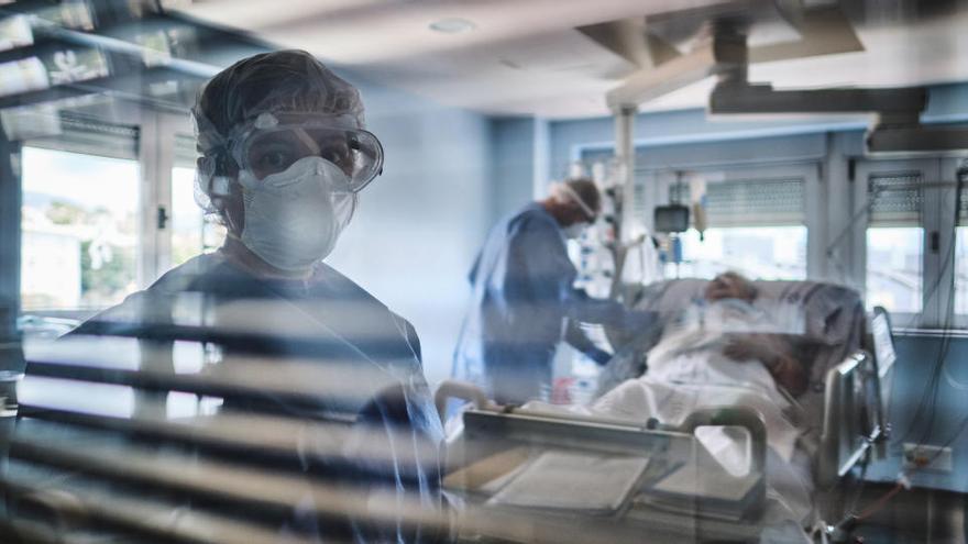 El virus se ceba con los enfermeros en La Candelaria