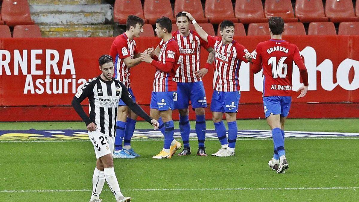 Los jugadores del Sporting celebran su gol ante el Castellón.