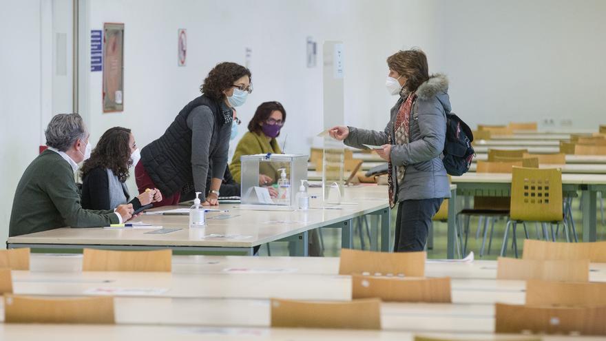 Una incidencia retrasa media hora el cierre de la votación al Rectorado de la UA en Económicas