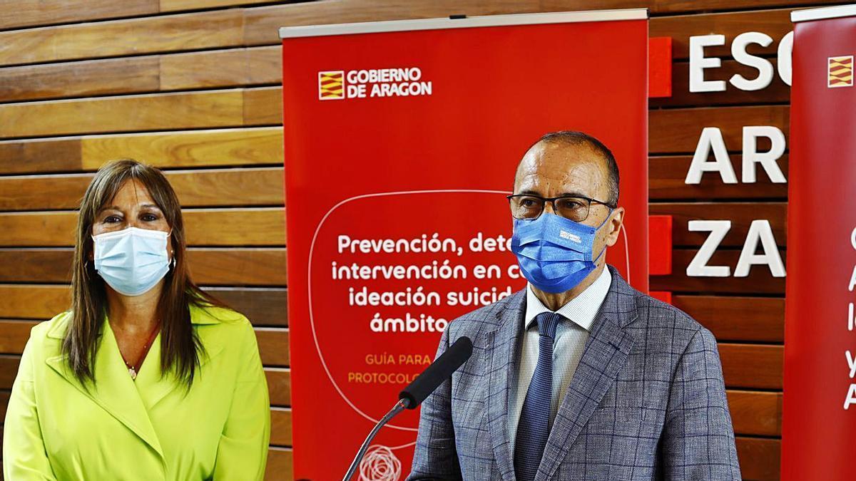 Sira Repollés y Felipe Faci, titulares de Sanidad y Educación, ayer, en la presentación de la guía. | JAIME GALINDO
