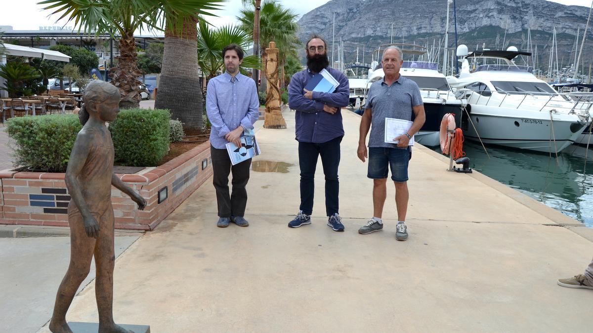 """Los tres artistas premiados han posado junto a la escultura ganadora, """"Niña en la playa"""""""