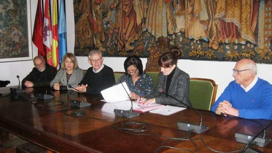 Responsables de la Liga Española de la Educación y autoridades firman el convenio de colaboración.