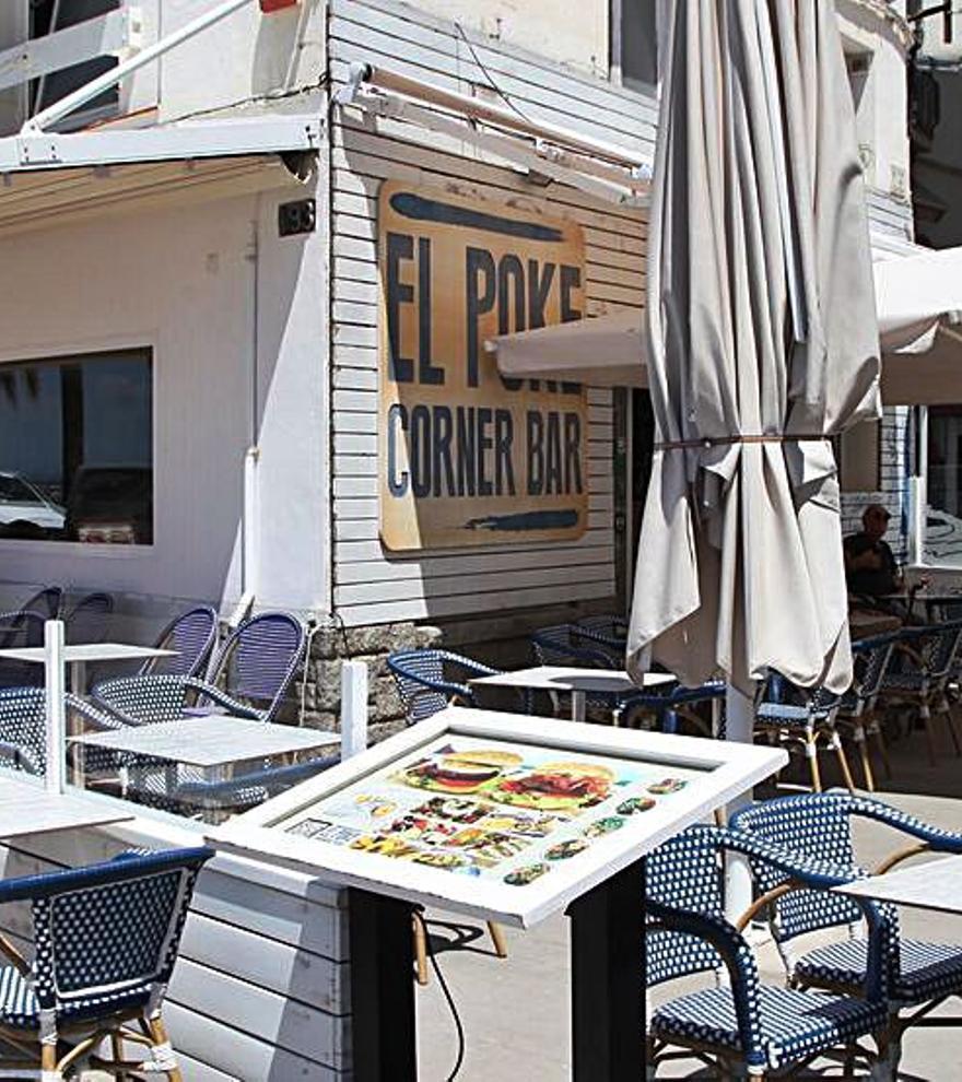 Una terrassa renovada a primera línia de mar, al Poke Corner Bar de Roses