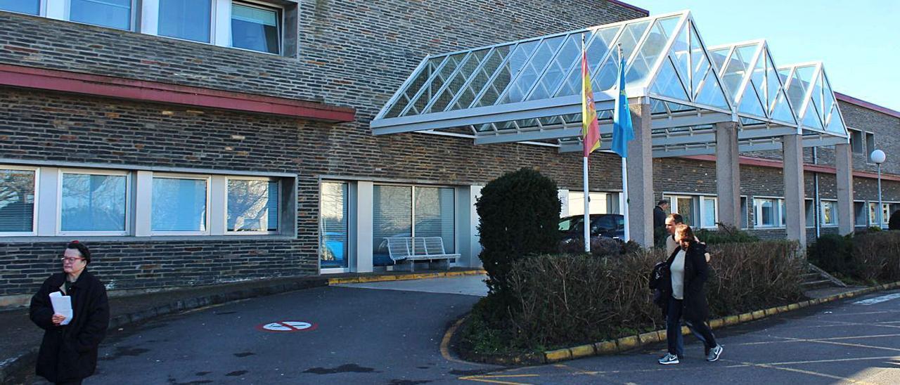 Usuarios en la zona de entrada del hospital, en una imagen de archivo. | T. C.