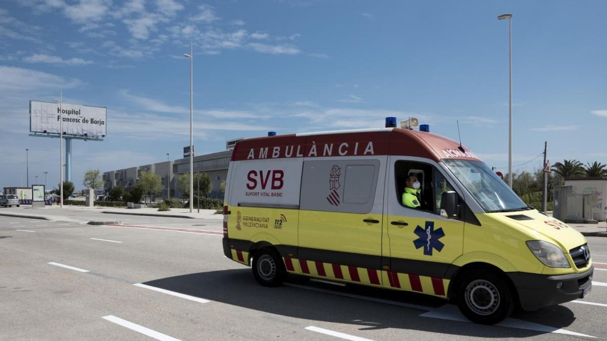 Una ambulancia en las inmediaciones del hospital Francesc de Borja de Gandia